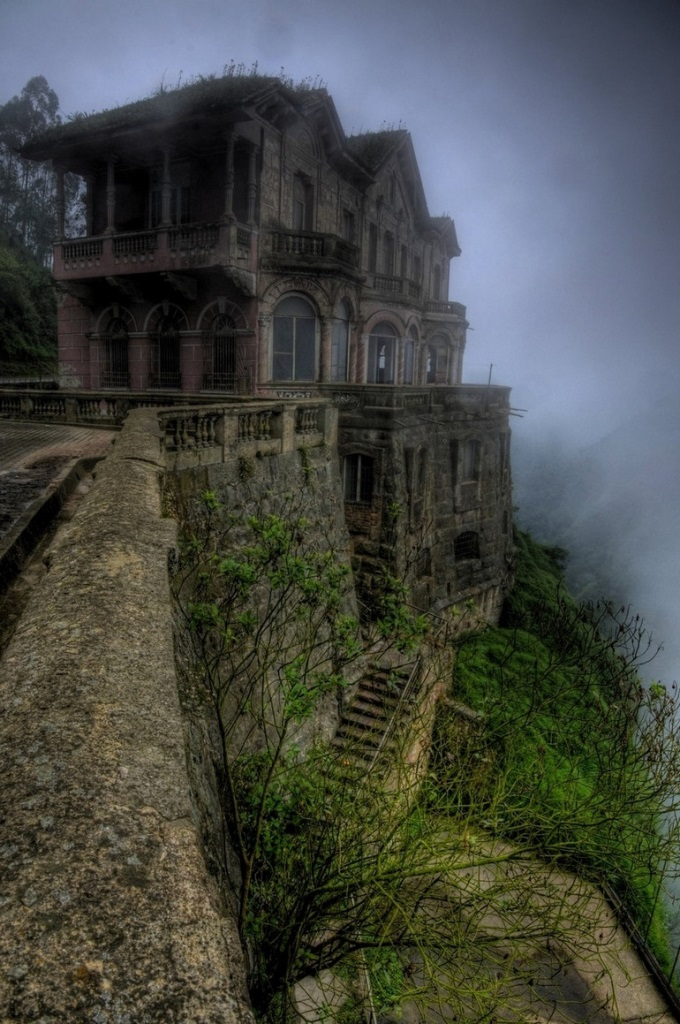 Abandoned hotel in Colombia (・_・;)