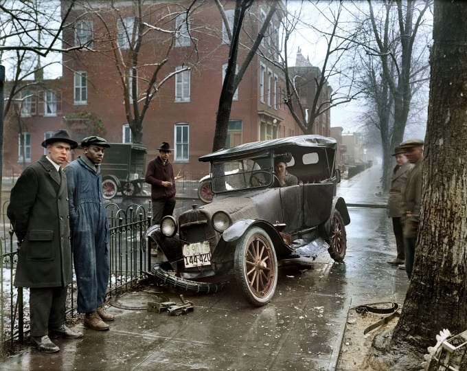 Auto Wreck in Washington D.C, 1921. With colorized modification ( ̄□ ̄;)