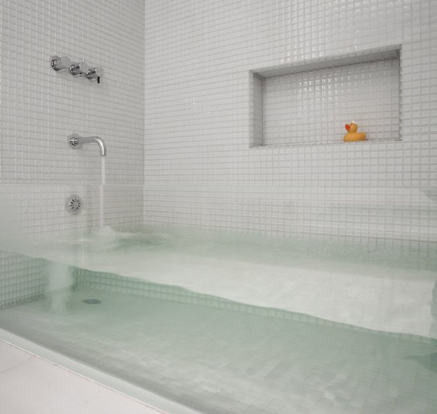 Impressive clear bathtub ヽ(´ー`)