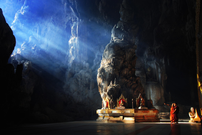A Buddhist temple inside a cave ( ゚ Д゚)