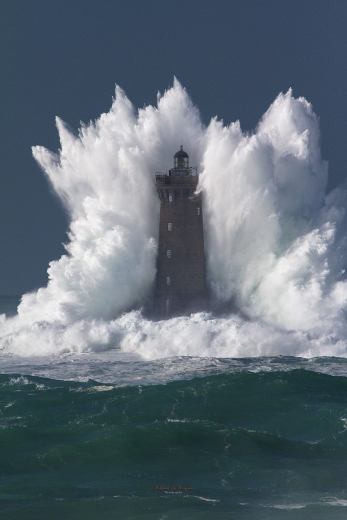 Wave bigger than the lighthouse it's hitting (O_o)