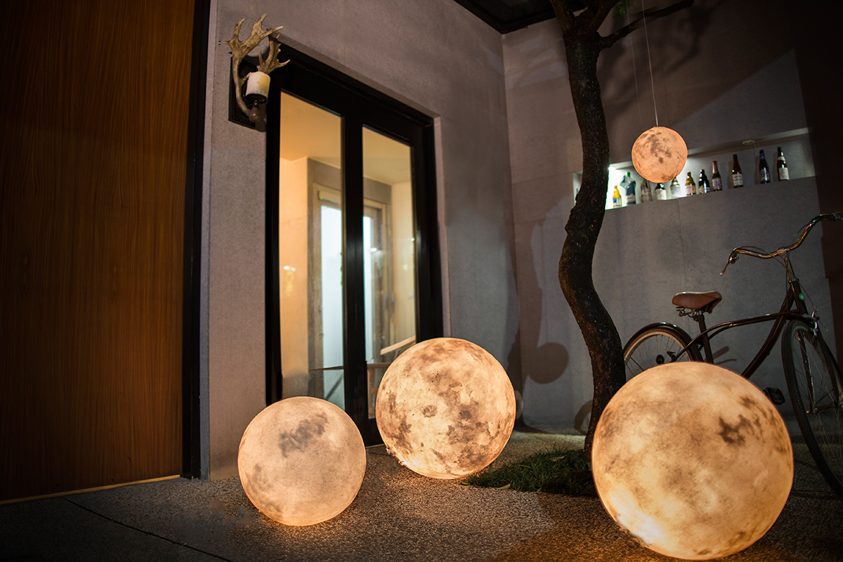 Lanterns that look like the moon :D
