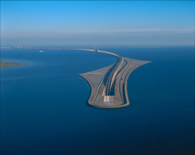 The bridge between Denmark and Sweden dips into a tunnel :o